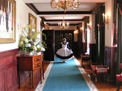 廊下でおすましメイドさん